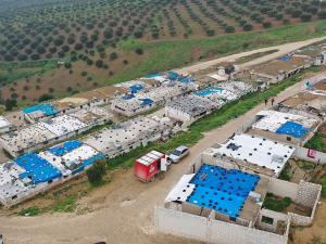 在叙利亚西北部流离失所者营地里,无国界医生开设了流动诊所。© Omar Haj Kadour