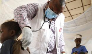 无国界医生紧急医疗队的医生于博索博洛综合转介医院内为病人做检查。 © Franck Ngonga/MSF