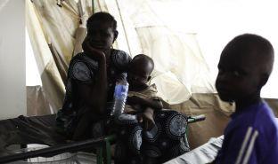 29岁的凯吉(Mary Keji)与她两个孩子—4岁的马修(Matthew)和2岁半的卢迪亚(Ludia)。这两个孩子同样接受了霍乱治疗。© Andreea Campeanu
